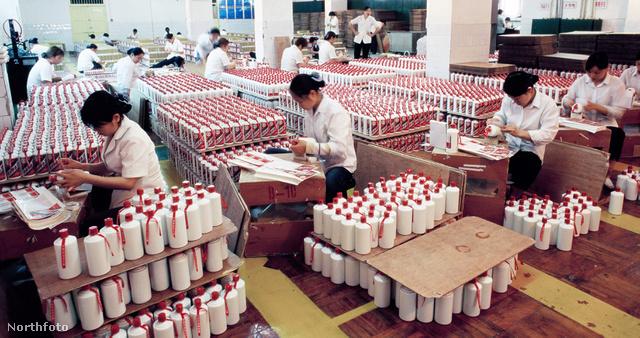 Dolgoznak a Maotai gyárban