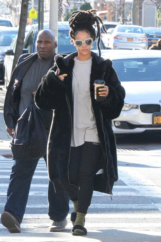 Rihanna papucsban és télikabátban New Yorkban.