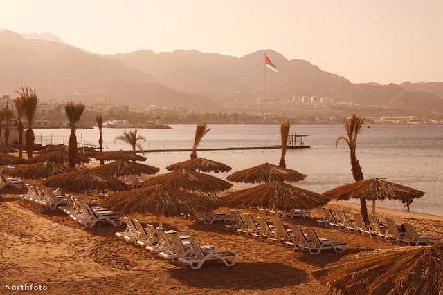 Akaba strandja: mennyivel hangulatosabbak a nem műanyag napernyők