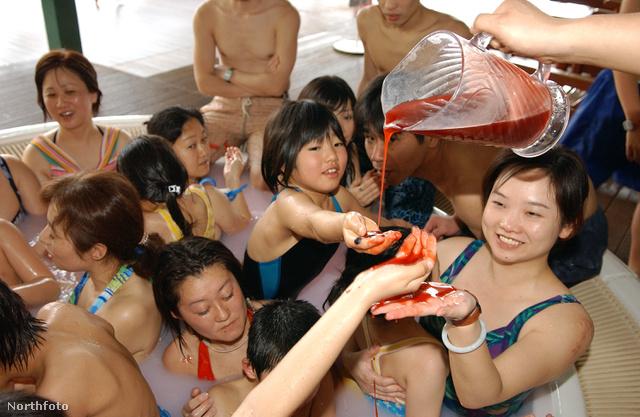Hakonéban nagyon dívik az eper- és málnaszörpös fürdő is