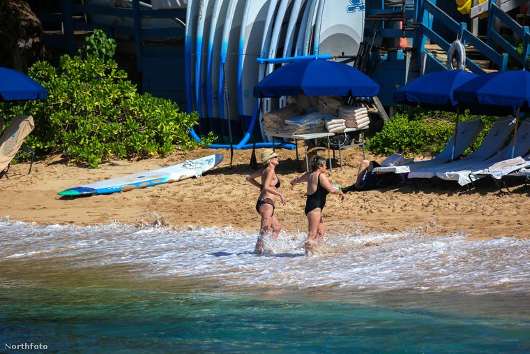 A hűs tengerben való futkározás kiváló szórakozásnak bizonyul a Hawaii-i tengerparton