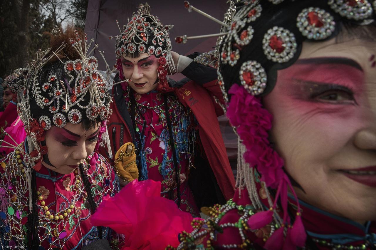 """Míg nálunk boldog új évet szokás kívánni, Kínában az év első napján gratulálnak egymásnak az emberek, éjszaka ugyanis a legenda szerint a Nian (""""év"""") nevű szörny támad az emberekre, és mindenkit megeszik, akinek nem védi a lakását bárányvér. Persze az ajtófélfára kent vér helyett manapság piros, arannyal kalligrafált papírszalagokat akasztanak ki, amire pénzt, örömet, boldogságot hozó jókívánságokat írnak."""