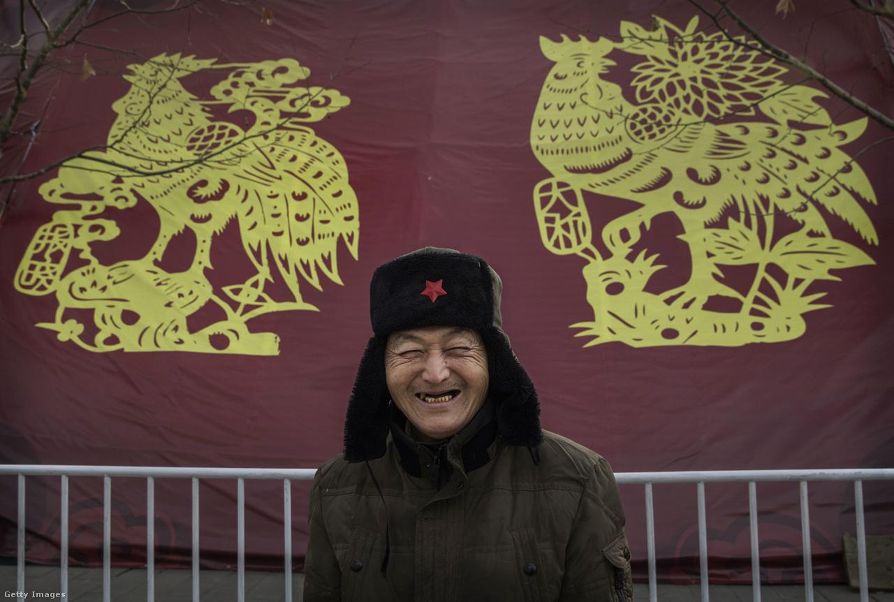 A papír, a kínai kultúra egyik nagy büszkesége egyébként is fontos dolog ilyenkor: az óév utolsó heteiben megtisztítják a rossz emlékektől a lakást, és ilyenkor szokás szerint a falra kitett képeket is lecserélik. Helyettük új, jó szerencsét és sok pénzt vonzó képeket, kalligráfiákat raknak ki.                          Az bőség és a jó szerencse színe a piros, a pénzé pedig arany, ezért ilyen papírdekorban úsznak a boltok és az utcák. A gyerekek nagy kedvence pedig a hongbao, azaz a piros boríték, amibe pénzt tesznek a szüleik. Ilyet egészen addig kapnak, amíg meg nem házasodnak, onnantól pedig ők adnak a gyerekeiknek (ez a barátaim szerint kb. olyan törés egy ázsiai fiatal életében, mint mikor nálunk a gyerekek rájönnek, hogy a Télapó nem létezik).
