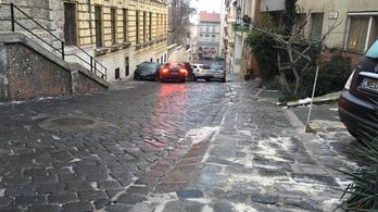 Csúszkálnak az autók a kockaköves Ponty utcában