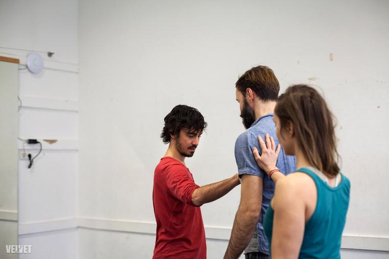 Ez a kép már munka közben mutatja Gregoryt – éppen kontakt improvizációs órát tart a Jurányi házban