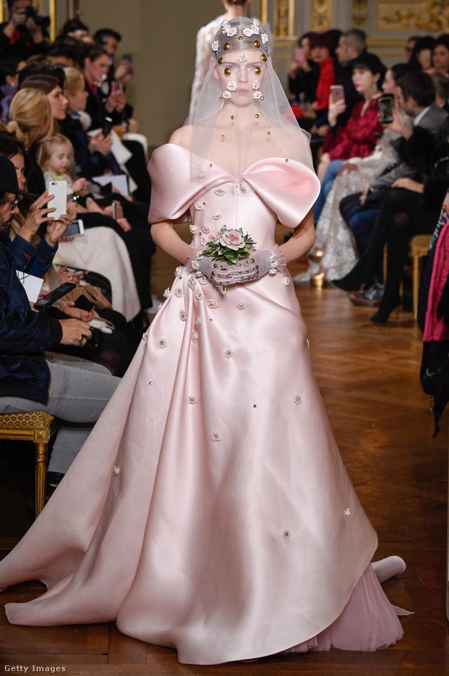 Világos rózsaszín, ejtett vállú ruha kövekkel kirakott fátyollal  Francesco Scognamiglio kollekciójában.