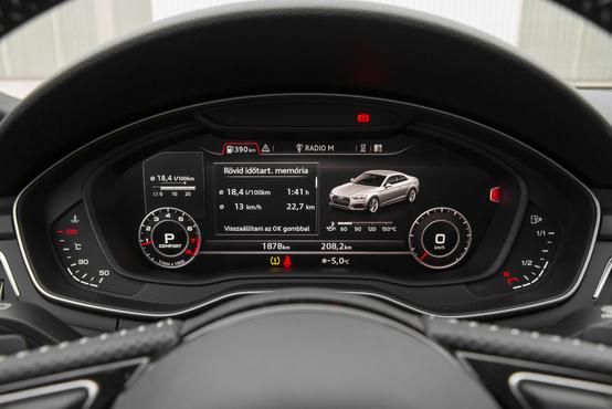 Választhatunk, hogy a sebességet és a fordulatszámot kicsiben vagy nagyban szeretnénk látni. Köztük az autóval kapcsolatos információkat, fogyasztási adatokat, de akár navigációt is nézhetünk
