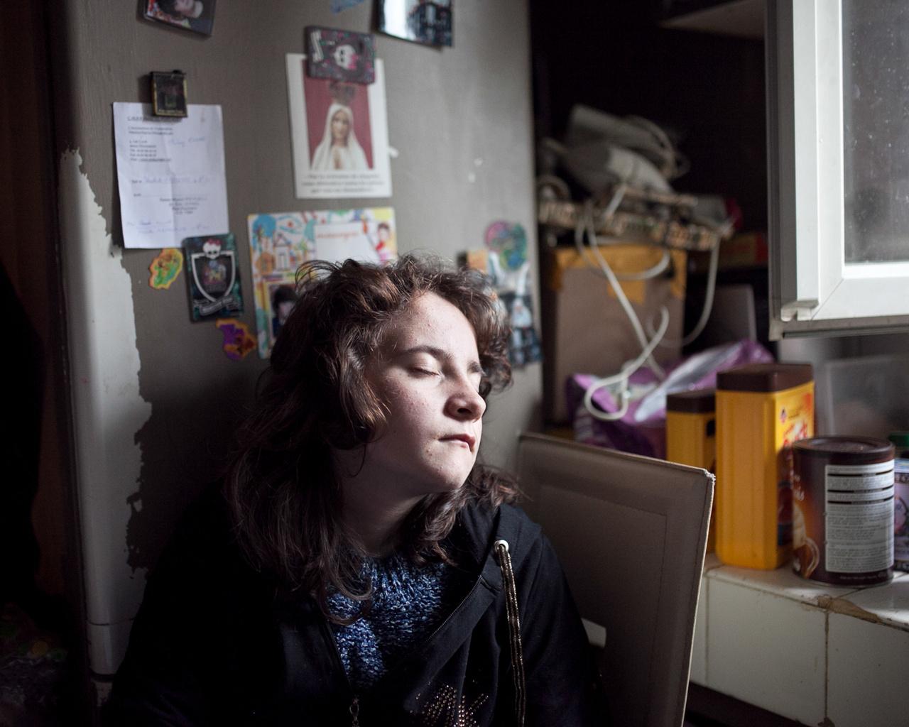 Ilona álmodozik a konyhában. A család valószínűleg katolikus, ha szemmagasságba ilyen fajsúlyos Szűz Mária került, és valószínűleg rendetlen, ha ekkora a rumli a háttérben.