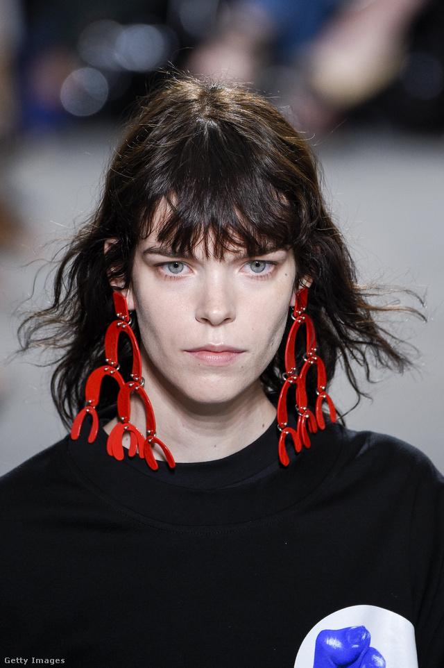 A Proenza Schouler szerint ilyen óriási piros fülbevalókban töltjük az évet.