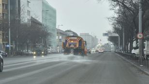 Napi négyezer forintért Ön is lapátolhat havat a fővárosban