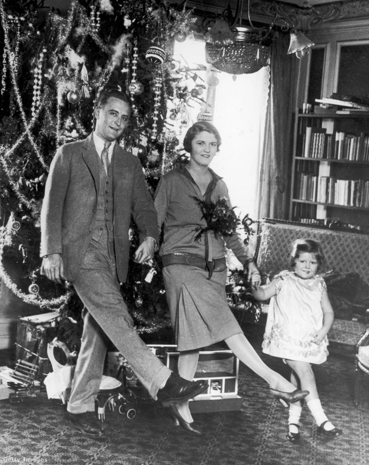 F Scott Fitzgerald (1896 - 1940) feleségével, Zelda Fitzgeralddal (1900 - 1948) és lányukkal, Frances-szel (becenevén 'Scottie') táncolnak a karácsonyfa előtt Párizsban