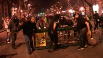 Lángoló barikádokon könnyed rendőrgyőzelem