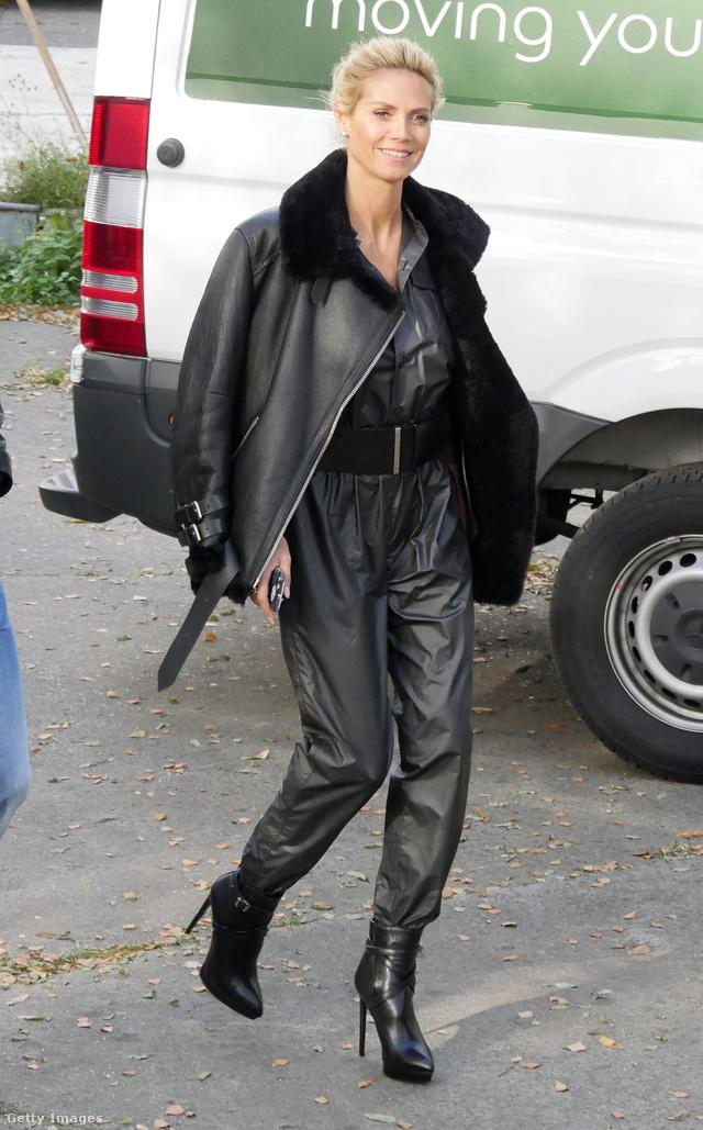 Heidi Klum övvel átfogott bőr kezeslábassal és bokacsizmával kombinálta a dzsekit Berlinben.