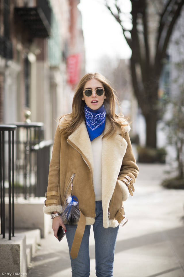 Chiara Ferragni blogger rocker kendővel, farmerrel és krém színű kötött pulóverrel hordta a klasszikus fazont New Yorkban.