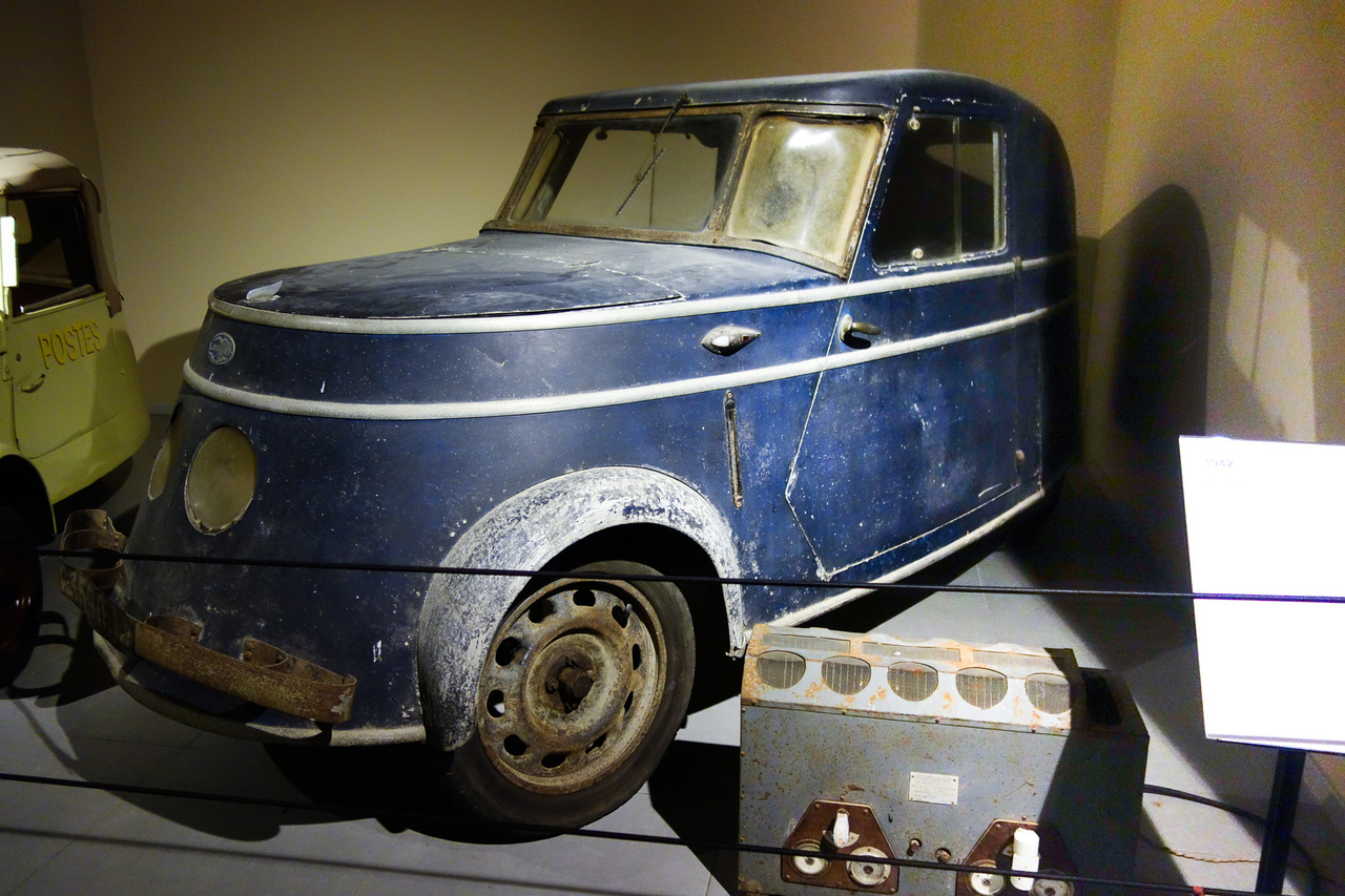 Rettentő ritka autót látunk a képen, egy Breguet A2-t. A francia cég jobban ismert a repülőgépeiről, illetve az első világháború előtt még nagyobb, jó minőségű, hathengeres autókat is készített, igaz, azokból nem sokat. A német megszállás alatt azonban a Breguet nem gyárthatott repülőgépeket, jobb híján belefogott hát elektromos szükségautó-gyártásba – ezekből a központi csővázas, könnyűszerkezetes, 6 darab, 12 voltos ólomakkuval 40 km/h-s sebességre és 65 km megtételére képes, bandzsa járműből 1941 és 1945 között nagyjából 200 darab készült. Ez itt az egyik utolsó közülük, mely 2009-ig egy francia chateau pincéjében volt elrejtve. Még az eredeti töltője is megvan!