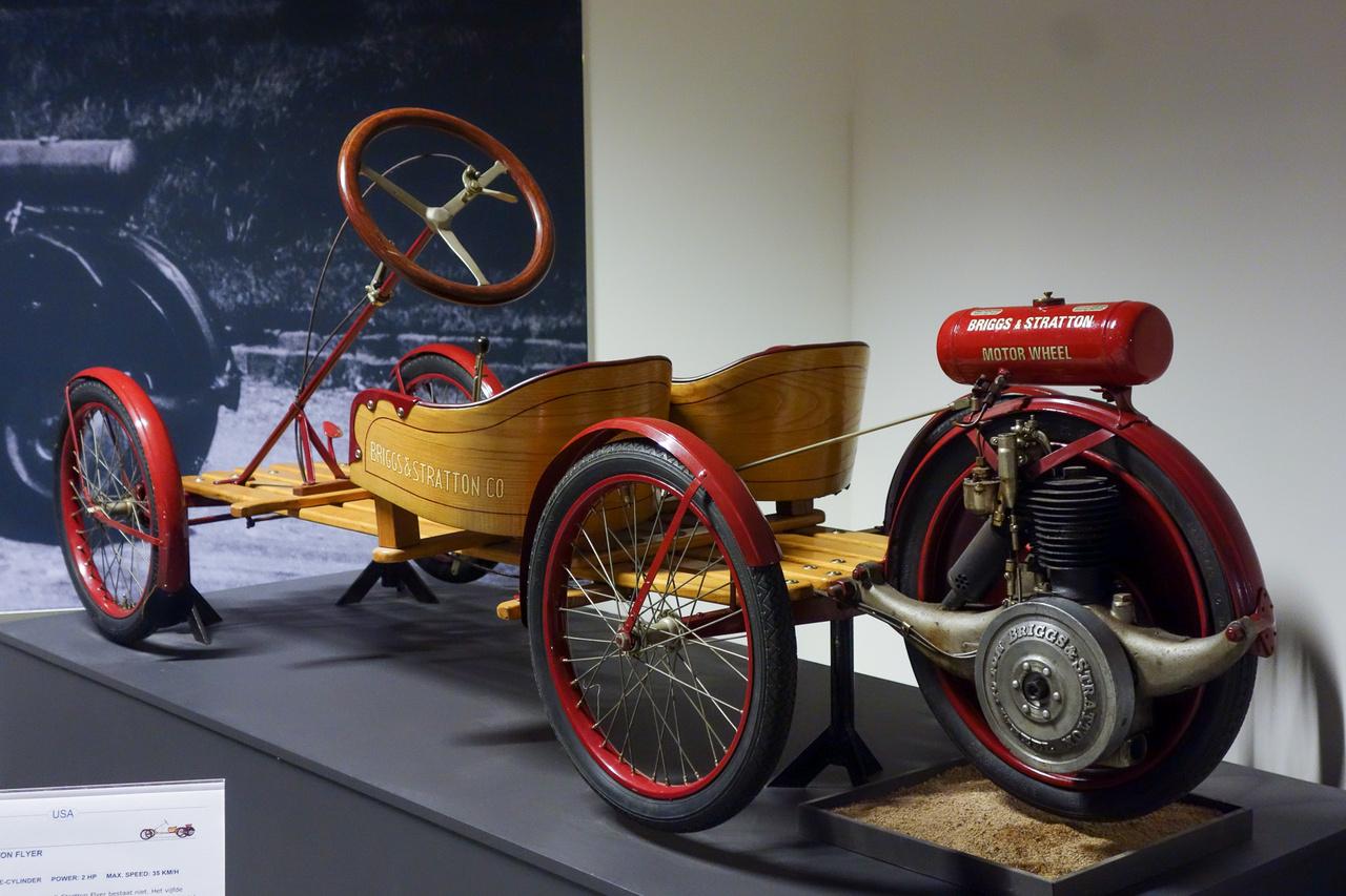 A világ legegyszerűbb autójával állunk szemben, lényegében egy kétszemélyes gördeszka kombinálva egy motorizált utánfutó-kerékkel. Bár a szerkezet 1919-ben eredetileg az A. O. & Smith találmánya volt, a licencét megszerezte a már akkor is fűnyírókat és kerti berendezéseket készítő Briggs&Stratton, s elkeresztelte Flyernek. 200 köbcentis, két lóerős motorja kuplung nélkül vitte egészen akár 35 km/h-s száguldásig, elinduláshoz a pótkerék-motort egyszerűen le kellett engedni az aszfaltra – a kuplungolást a gumira bízták. Ez volt minden idők legolcsóbb autója – 1920-ban 125 dollárt kértek érte. A Briggs&Stratton 1924-ig gyártotta, utána továbbadta a licencet. Még lehetett vajon kinek?