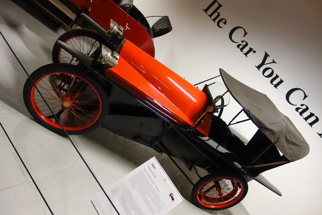 Megint egy angol autó, a neve – Tamplin. 1921-ból származik, és egy bizonyos Captain Sir John Carden tervezte az eredetijét 1913-ban. Igazi cycle-car, ami a keskeny nyomtávú, vékony, küllős kerekeken guruló, differenciálmű nélküli, pehelyépítésű, autószerű járművek neve volt akkoriban.