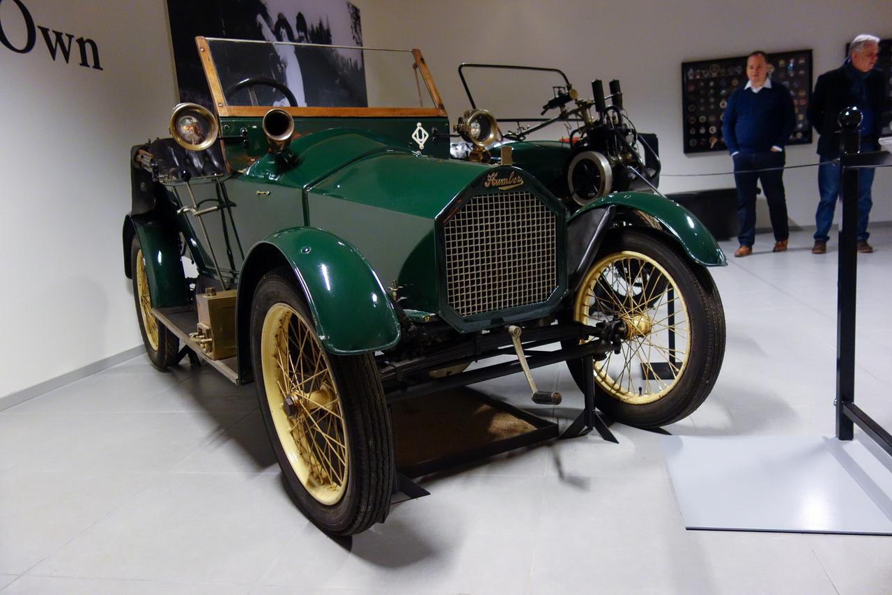 Innen, a feledékeny XXI. századból már nem nagyon tudjuk, de a tízes-húszas évek szabvány-minimálautója a háromkerekű Morgan volt – mindenki ahhoz mérte magát, legalábbis Angliában. Az 1913-ban készült Humberette is egy konkurens lett volna, hasonló technikával, mint a Morgan. Ez a – mondjuk hogy – autó is csővázas és kéthengeres JAP-motor hajtja, igaz, a minimálautó-recepttől elszakadva, kardántengellyel. Ellentétben a Morgannel, amelyet épp a fürgesége miatt vettek, e Humber-gyártotta szükségjármű kifejezetten lomha volt, talán épp azért, mert annál eggyel több keréken gurult: négyen. Még száz évvel ezelőtti mércével is óriási bukás is lett belőle.