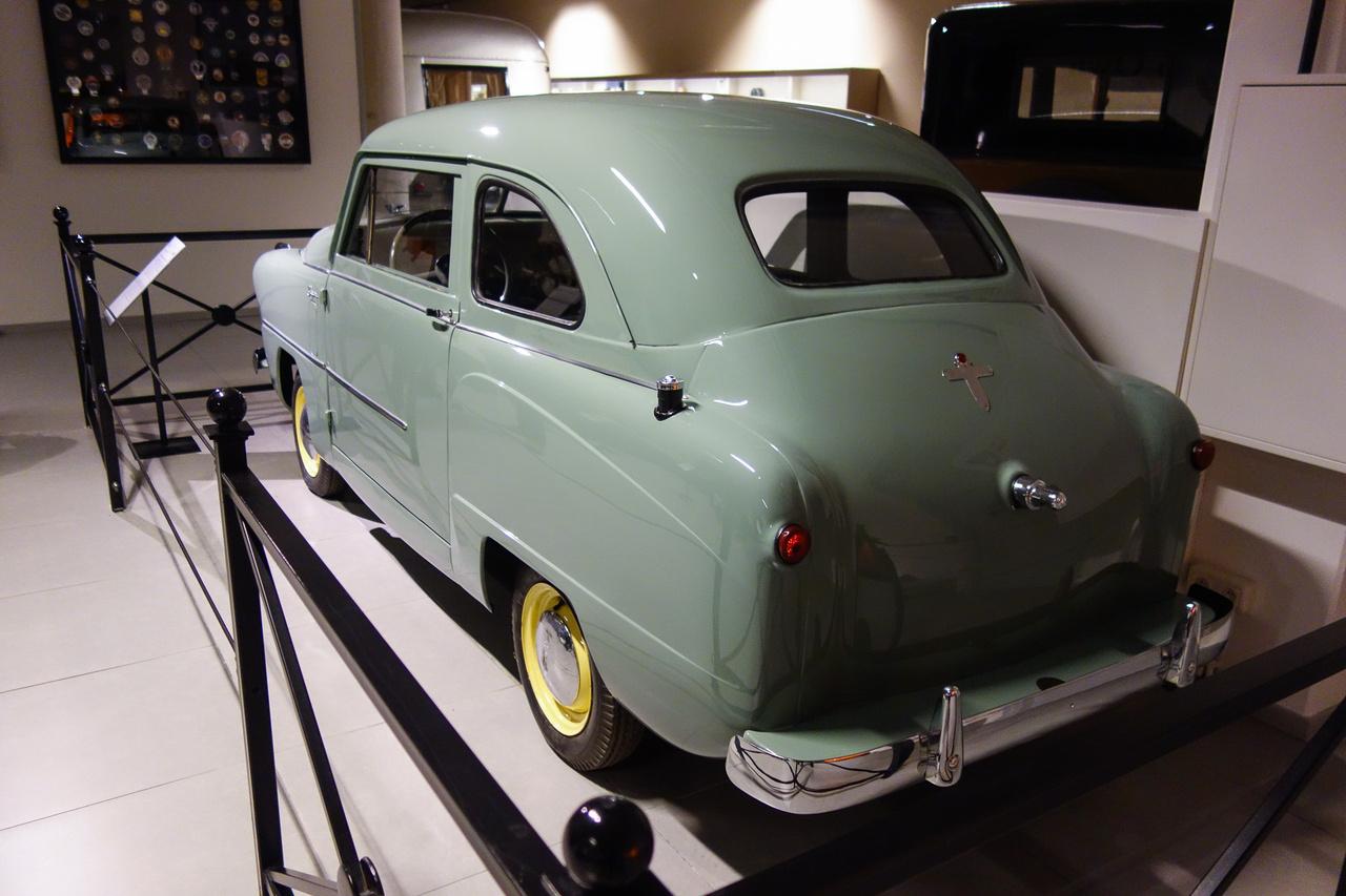 """Ahogy haladt előre az idő, úgy lettek egyre aránytalanabbak a Crosleyk, ez az 1951-es CD Four oldalnézetben még egészen autószerű, de szemből olyan keskeny, hogy félő – álltában feldől. Már öntött motorja van, 721 köbcentis, négyhengeres, 26 lóerős, s ezzel 95 km/h-ra volt képes. A híres Crosley-tulajok sorában megtaláljuk az építész Frank Lloyd Wrightot és Humphrey Bogartot – utóbbi nem csoda, hiszen Bogart nagy zsugori hírében állt, a Fraternity of Man meg is énekelte a hippikor egyik mondását, a """"don't bogart that joint my friend""""-et, azaz a """"ne önzőzz a füves cigivel barátom""""-ot (hiszen azt szívás közben tovább szokás passzolni a másiknak)."""