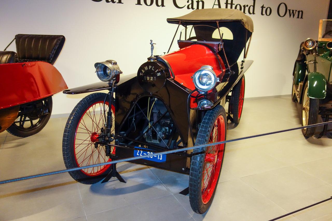 Carden 1919-ben az autó szabadalmi jogát eladta az egyik kereskedőjének, E. A. Tamplinnek, aki azonnal át is nevezte a saját nevére a járművet. Ez itt tehát már egy igazi Tamplin, orrában V2-es, ezer köbcentis JAP-blokkal, egymás mögött ülő két utassal, deszka sárhányókkal, ahogy illik. 1925-ig gyártották, ami viszonylagos sikerességet jelent.
