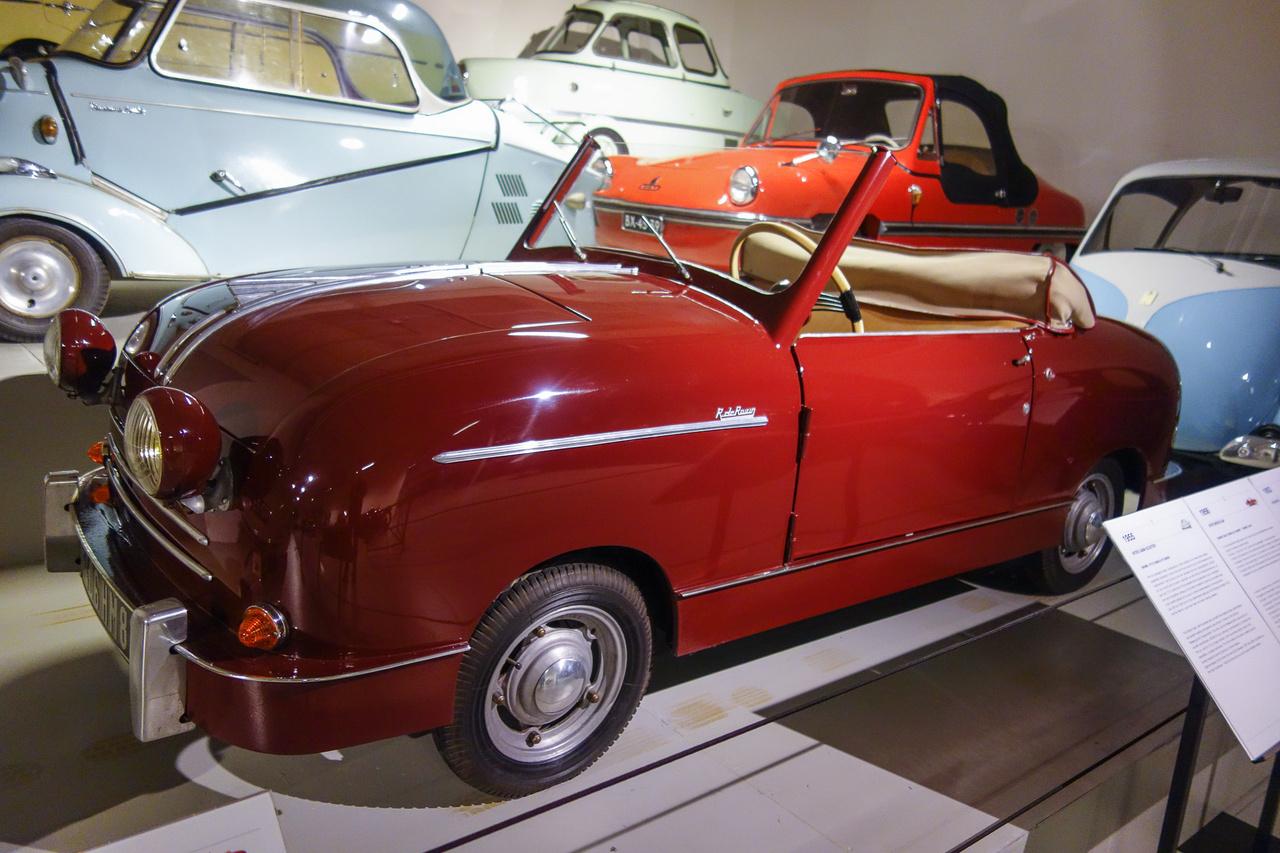 Ha azt hiszik, a pedálos Moszkvics egy régebbi változatát látják, nagyon tévednek. Az 1951-ben készült francia Rovin D4 azért ilyen buflák, mert az olcsó gyártás érdekében az első és a hátsó karosszériaelemei átlóban felcserélhetők, sőt, a karosszériaszerkezet eleje és hátulja is ugyanolyan. Robert de Rovin, az autó alkotója motorversenyző volt a múlt század húszas éveiben, s már a háború előtt is készített minimálautókat.