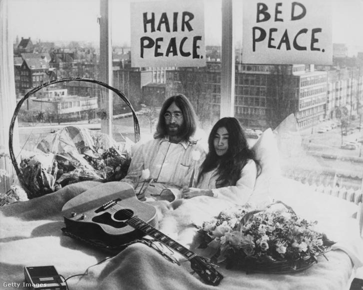 John Lennon és Yoko Ono hét napig ágyban tüntettek a háború és erőszak ellen, 1969-ben, az amszterdami Hilton Hotelben