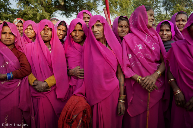 Ők is a  Gulabi Gang tagjai.