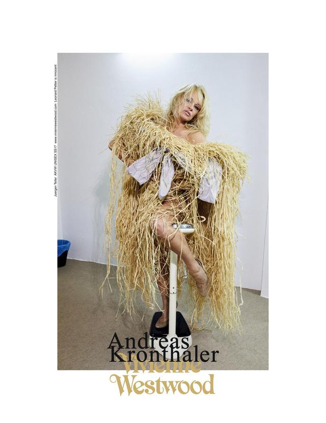Szalmakazalként pózol Pamela Anderson a Vivienne Westwood kampányban.