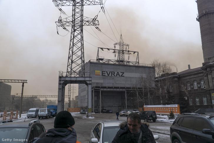 """Munkások érkeznek a Dnyiprói acélgyárba. """"Egy helyiből 25 százalék eséllyel lehet egy év alatt majdnem olyan jó gépkezelő, mint ahogy egy gyakorlott ukrán már másnap dolgozik vele""""."""