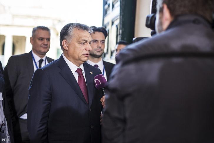 Az Európai Unió máltai nem hivatalos csúcsértekezletére érkező Orbán Viktor a közmédia stábjának nyilatkozik.