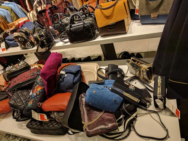 Zara: táskahalom. 6 és 9 ezer forint közötti áron megveheti a legtöbbet.