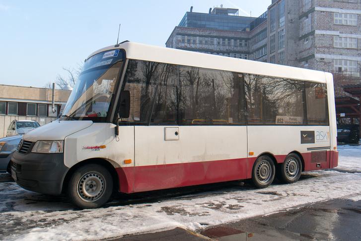 Imádják a speciális felépítményű, tulajdonképpen reptéri buszt. Ez légrugós, bár már szivárog valamelyik hátsó tömlő