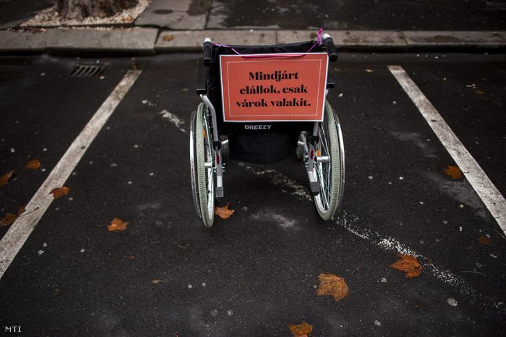 Kerekesszékkel a tilosban parkolók ellen elnevezésű akció Budapesten az V. kerületi Nádor utcában 2014. december 3-án.