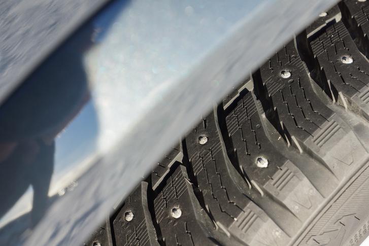 A fém tüskék sokat segítenek, de az ekkorák még nem változtatják aszfalttá a jeget