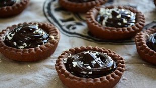 Pénteki süti: duplacsokis karamelles kosárka