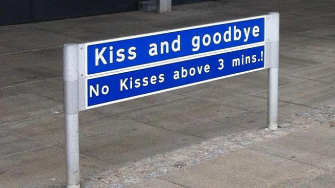 Egyre több reptéren büntetik csókdíjjal a hosszan búcsúzkodókat
