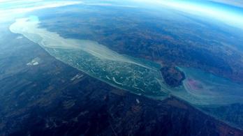 30 kilométerről befagyott pocsolyának tűnik a Balaton