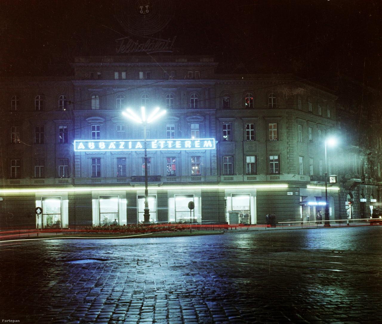 Az Abbázia Étterem portálja az Oktogonon. Az épület tetején megfigyelhető a kétezres évek közepén leszerelt Telitalálat! neon.