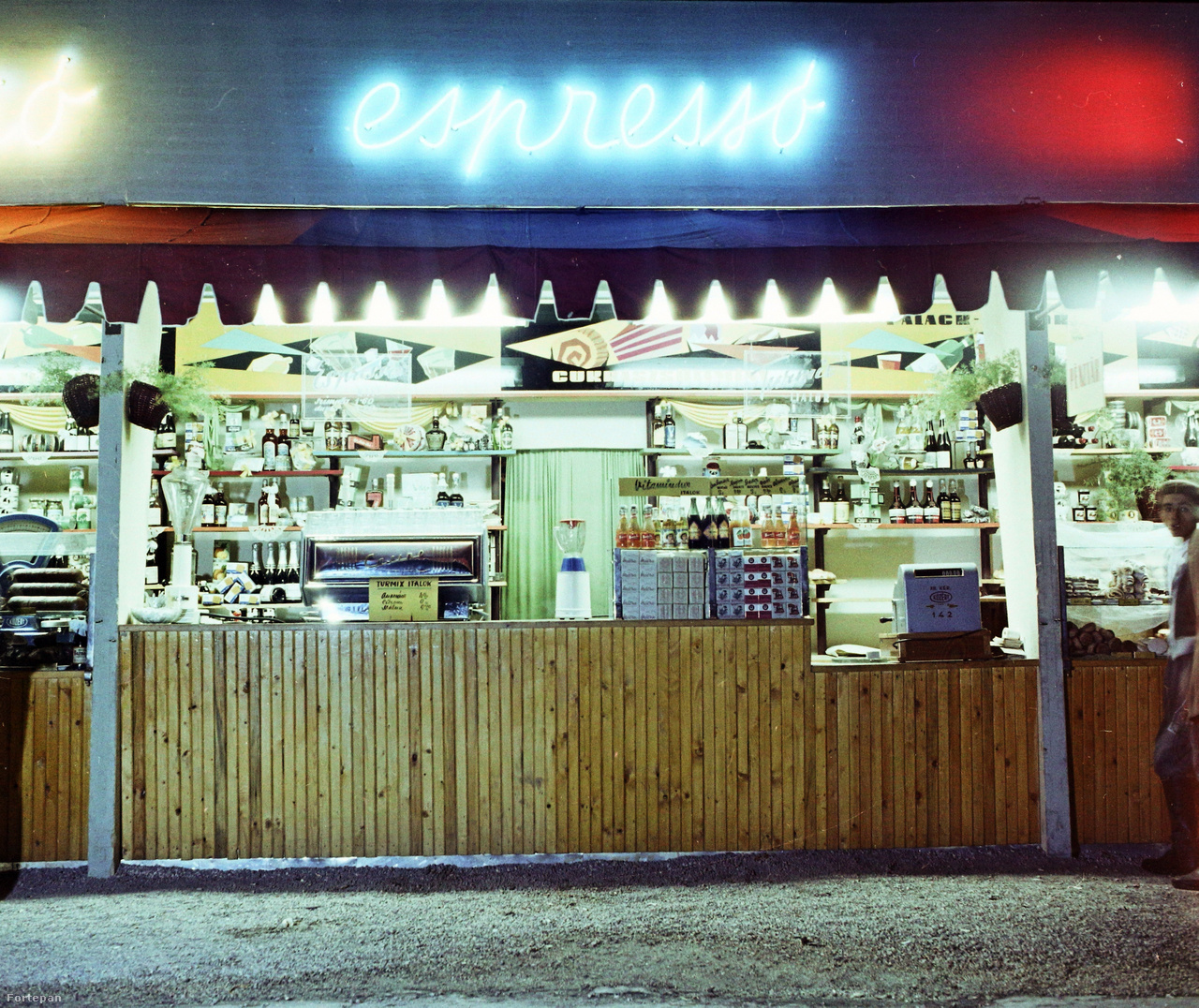 Espresso, vitamindús italok, turmixok, cukrászsütemények. A neonreklámok gyakran öltöttek folyóírásos formát, az üvegcső hajlíthatósága ezt lehetővé is tette.