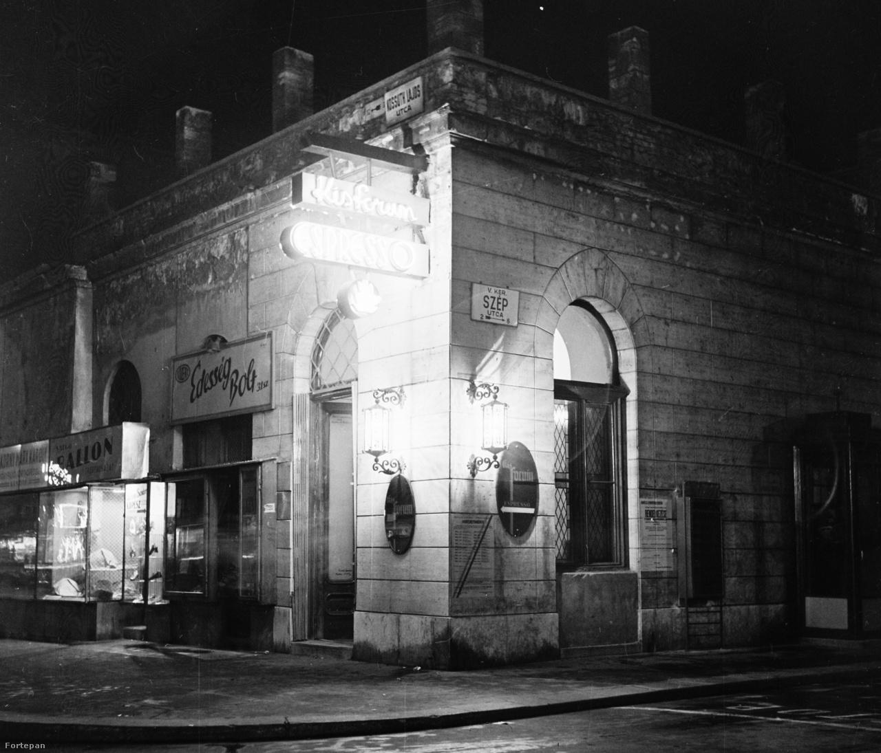 Kisfórum Espresso, V. kerület, Kossuth Lajos utca, Szép utca sarok. Ma már az épület sem áll.