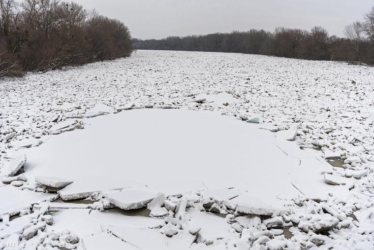Egy gigantikus jégkásává változott a Tisza Záhonynál, a magyar-ukrán határátkelő közelében