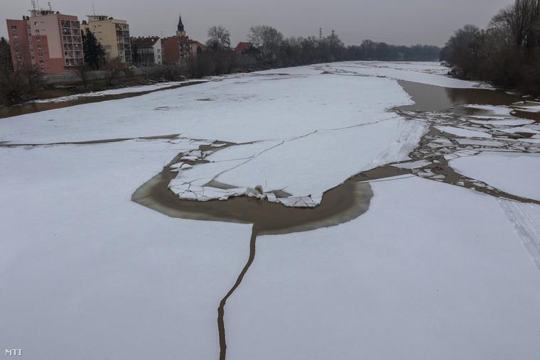 A víz folyását összetorlódott jégtáblák akadályozzák,ezért fel kellett robbantani a masszív jégtömböket Tiszalöknél
