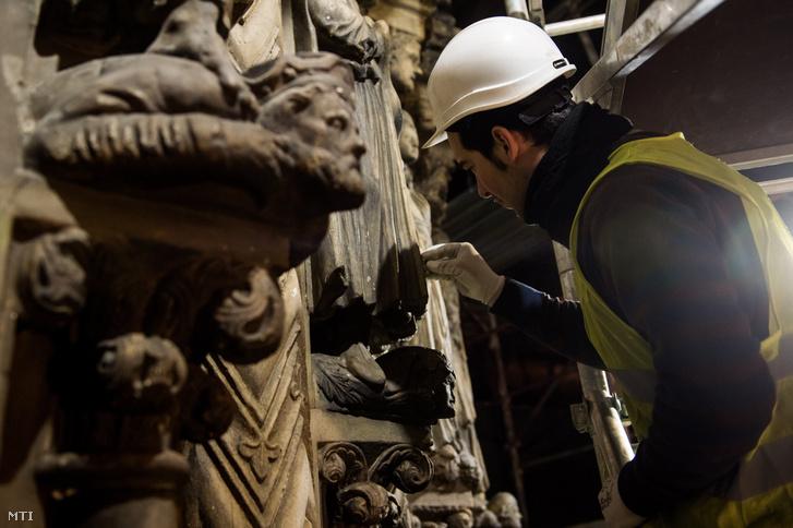 Restaurátor dolgozik a Szépmûvészeti Múzeum felújítás alatt álló épületében