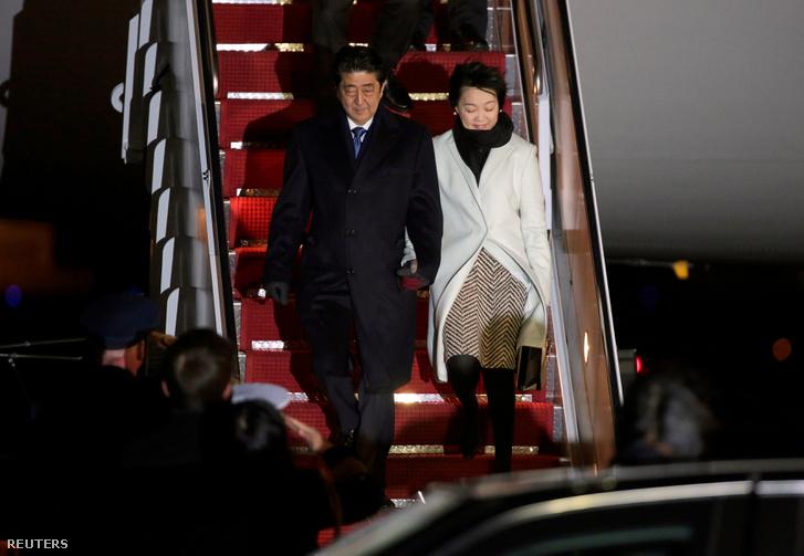 A japán miniszterelnök és felesége megérkezése Washingtonba