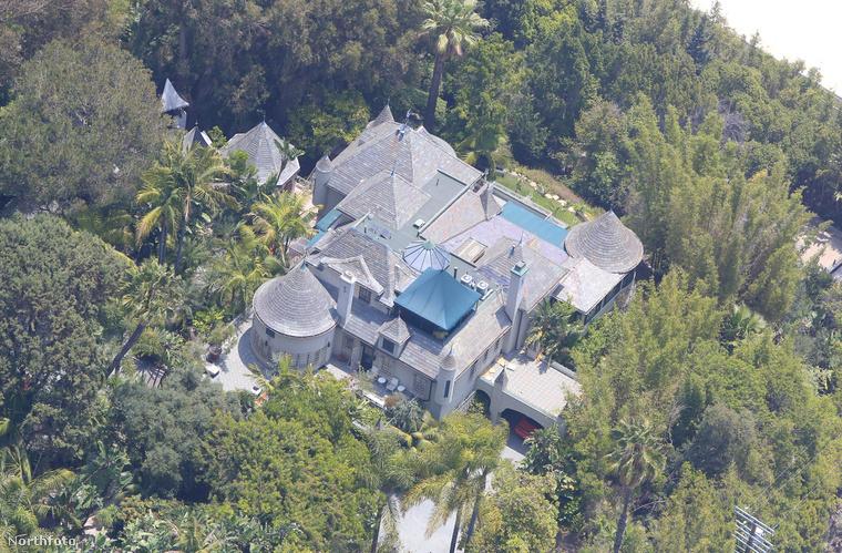 Így néz ki az egyik kastélya, Hollywood Hills-en.