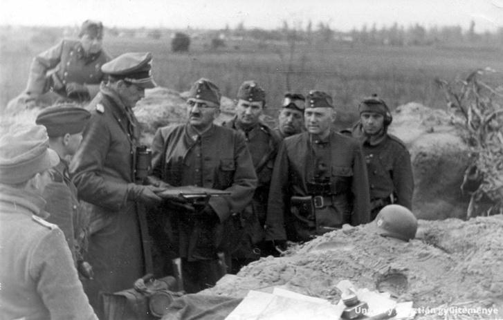Karl-Heinz Keitel Sturmbannführert, a 17. SS-lovasezred parancsnokát a Vecsés-Dunaharaszti közt húzódó frontszakaszon 1944 november közepén Beregfy Károly honvédelmi minisztert fogadja.