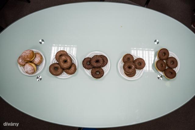 Csokis fánkokat ettünk a szerkesztőségben.