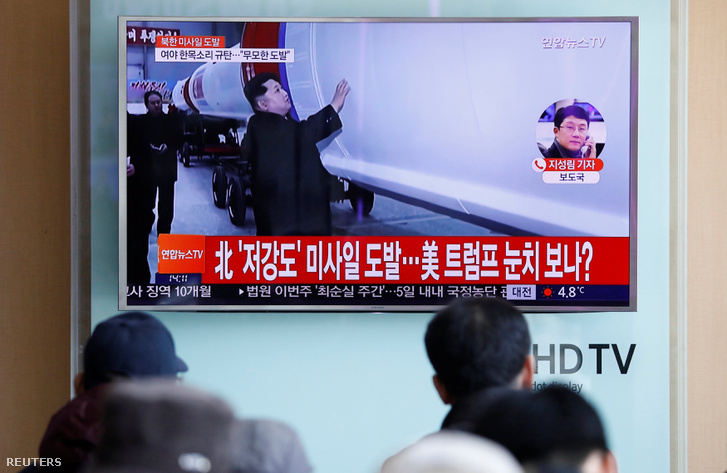 Egy szöuli vasútállomáson figyelik az utasok az észak-koreai rakétakilövést