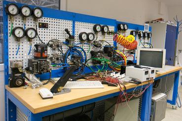 Modern, elektronikus szabályzású légfékrendszer a laborban. (A kuszaság oka, hogy a csővezetékek hossza azonos a valódi járműén lévőkével)
