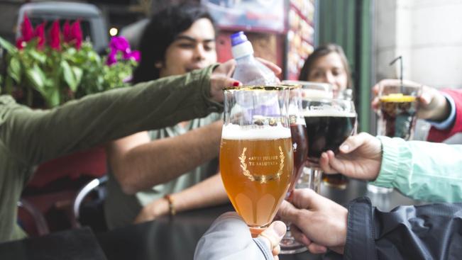 Ingyen sörrel gyógyítják a londoni esőt